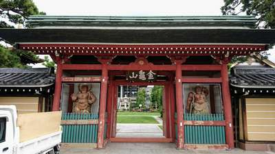 埼玉県三学院の山門