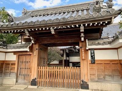 京都府新徳寺の山門
