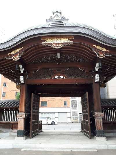 北海道新善光寺の山門