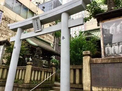 東京都高山稲荷神社の鳥居