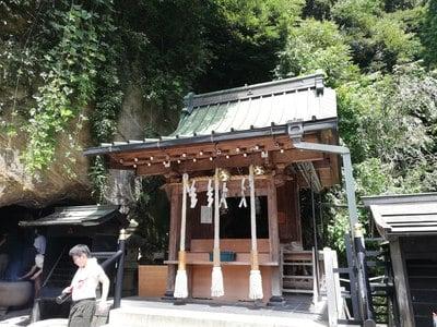 銭洗弁財天宇賀福神社の本殿